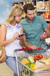 44810179-pares-brillantes-compra-de-productos-alimenticios-y-que-usa-el-cuaderno-en-el-supermercado